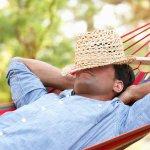 Mann relaxed in der Hängematte